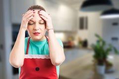 Hushållerska eller hembiträde som lider en migrän Arkivbilder