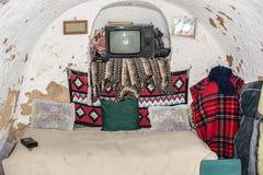Hushållobjekt i grotta-sovrummet av grottahuset av troglod royaltyfri bild