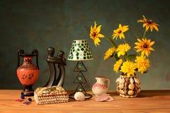 Hushållsaker och blommor i en vas royaltyfri foto