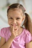 hush девушки меньший показывая знак Стоковое фото RF