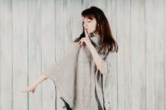 hush Молодая женщина прося безмолвие, тихая или засекреченность с пальцем на губах, выглядя sideway и указывая с другой рукой стоковое изображение rf