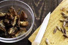 Hushaf - γάλα ημερομηνίας, παραδοσιακό πιάτο Ramadan, μαγείρεμα, συστατικά, κοιλαμένες ημερομηνίες σε ένα πιάτο, ένα μαχαίρι και  στοκ φωτογραφία με δικαίωμα ελεύθερης χρήσης