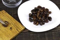 Hushaf - молоко даты, традиционное блюдо Рамазан, варить, ингредиенты, отрезанные сделанные ямки даты, ножи и лож камня даты на a стоковые изображения rf