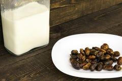 Hushaf - Dattelmilch, ein traditioneller Teller zu Ramadan, das Kochen, die Bestandteile, die Daten in einer Platte und die Milch stockfoto