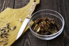 Hushaf - Dattelmilch, traditioneller Ramadan-Teller, Kochen, Bestandteile, Löcher gebildet Daten in einer Platte, Messer und Same stockfotografie