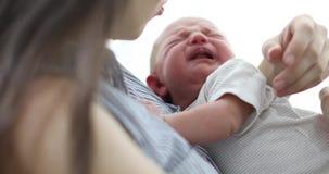 Hushing φωνάζοντας μωρό μητέρων απόθεμα βίντεο