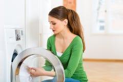 Hushållerska med tvagningmaskinen Fotografering för Bildbyråer