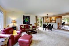 Husinre med plan för öppet golv Bo och kökrum Arkivfoton