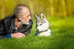 Husky siberiano y ella dueño Fotografía de archivo libre de regalías