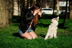 Husky siberiano y ella dueño Imagenes de archivo