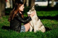 Husky siberiano y ella dueño Imagen de archivo libre de regalías