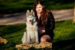 Husky siberiano y ella dueño Foto de archivo libre de regalías