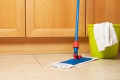 Huslokalvård med golvmoppet Royaltyfria Foton