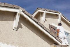 Husmålare Painting klippningen och slutarna av hemmet royaltyfri fotografi