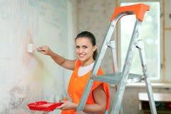 Husmålaren målar väggen Arkivfoton