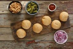 Husmanskost Hemlagade hemlagade hamburgare Arkivbild