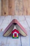 Husmodell med dagboken jpg Arkivbild