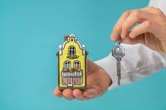 Husmodell och tangent i handen, fastighetbegrepp, utrymme för turkosfärgkopia arkivfoton