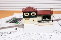 Husmodell på konstruktionsritningar Fotografering för Bildbyråer
