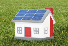 Husmodellplast- med solpaneler Arkivbild