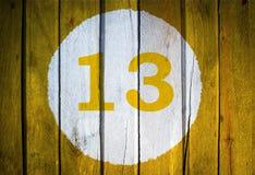Husnummer eller kalenderdatum i den vita cirkeln på tonad guling Royaltyfria Bilder