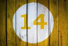 Husnummer eller kalenderdatum i den vita cirkeln på tonad guling Royaltyfri Foto