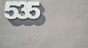 Husnummer fem hundratals och trettiofem 535 fem tre fem Arkivfoton