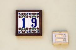 Husnummer med en dörr Klocka Arkivfoton