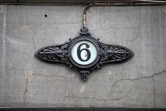 Husnummer på gammal byggnad Royaltyfria Bilder