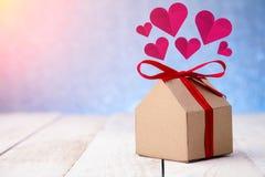 Huspapper med snittet för hjärtaformpapper Arkivfoto