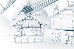 Husplanritning och hopfällbar linjal på arkitektarbetsplats Arkivbild