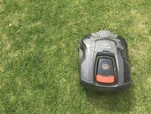 Husqvarna自动刈草机在工作 免版税图库摄影