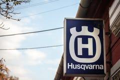 Husqvarna logo na ich głównym sklepie w Pancevo Husqvarna jest Szwedzkim wytwórcą plenerowi władza produkty rozprzestrzeniający n obraz royalty free