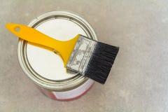 Husrenovering Kunna med målarfärg och ett borstehjälpmedel på konkreta lodisar arkivfoton