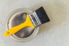 Husrenovering Kunna med målarfärg och ett borstehjälpmedel på konkreta lodisar royaltyfria foton
