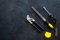 Husrenovering med verktyg ställde in för modell för bästa sikt för bakgrund för byggande-, måla och reparationssvarttabell royaltyfri foto