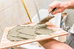 Husrenovering - tegelplattor på väggen royaltyfri bild