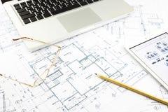 Husritning- och golvplan med anteckningsboken Arkivbilder