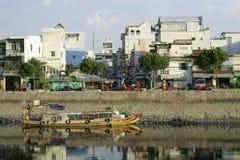 Hussikt från flod-sida på den Ho Chi Minh staden Royaltyfri Fotografi
