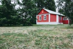 Husstuga för röd tegelsten i träna arkivfoto