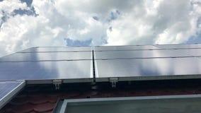 Hustak med solpaneler överst lager videofilmer