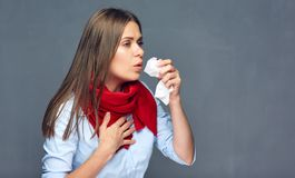 Husten der Geschäftsfrau, die roten Schal trägt Stockfoto