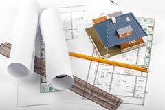 Husutveckling, nytt fastighetprojekt, hus på ritning arkivfoton