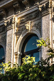 Husvägg med basrelief i antik stil royaltyfri foto