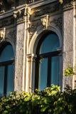 Husvägg med basrelief i antik stil Royaltyfria Bilder