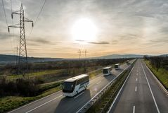 Husvagn eller eskortfartyg av bussar på huvudvägen royaltyfri bild