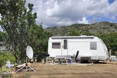 Husvagn med den satellit- maträtten Fotografering för Bildbyråer