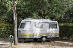 Husvagn på campingplats royaltyfri fotografi