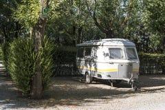 Husvagn på campingplats arkivbild