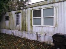 Husvagn som används som permanent hem i fattigt villkor Royaltyfria Bilder